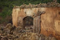 Janela de casa destruída em Bento Rodrigues após rompimento de barragem da Samarco em Minas Gerais.   09/11/2015        REUTERS/Ricardo Moraes/