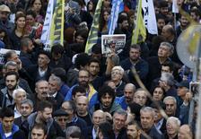 Протест против ареста журналистов у здания газеты Cumhuriyet в Стамбуле 27 ноября 2015 года. Около 2.000 человек вышли на акции протеста в пятницу из-за ареста двух известных журналистов, обвинённых турецкими властями в шпионаже и пропаганде терроризма, всколыхнувшего волну критики в адрес Анкары из-за ущемления свободы слова при президенте Тайипе Эрдогане. REUTERS/Osman Orsal