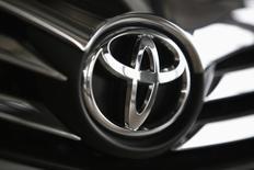 El logo de Toyota en un vehículo de la firma en una concesionaria en Varsovia, abr 11, 2014. La unidad en Venezuela de la japonesa Toyota está apostado a un renovado proceso de exportación de autopartes fabricadas en su planta local como una vía para mantener a flote sus operaciones, golpeadas por una crisis económica y un estricto control de cambio.  REUTERS/Kacper Pempel