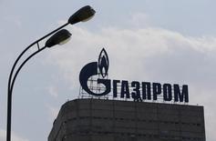 Логотип Газпрома на здании компании в Москве 10 августа 2015 года. Газпром и партнеры отложили подведение итогов тендера на закупку труб для подводной части Cеверного потока-2 с января на март-апрель следующего года, сообщил Рейтер источник в трубной отрасли, знакомый с планами газовой монополии. REUTERS/Maxim Shemetov