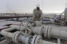Рабочий крутит вентиль нефтепровода на месторождении Румайла к юго-востоку от Багдада. 6 июня 2015 года. Добыча нефти в ОПЕК выросла в ноябре за счет повышения экспорта из Ирака, показал опрос Рейтер. REUTERS/Stringer