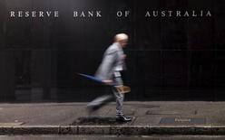 Мужчина у здания Банка Австралии в Сиднее. 3 ноября 2015 года. Центральный банк Австралии сохранил уровень ключевой процентной ставки во вторник, ссылаясь на данные, согласно которым рост экспорта обеспечил мощный подъем экономики в последнем квартале, заполнив возникшие на рынке пробелы из-за сокращения производственных инвестиций. REUTERS/Jason Reed