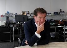 Lors d'un entretien accordé à Reuters, le directeur général de Natixis, Laurent Mignon, a déclaré que la banque d'investissement lancerait un programme de rachat d'actions si la banque d'affaires n'utilisait pas un trésor de guerre d'environ 800 millions d'euros pour faire des acquisitions dans la gestion d'actifs. /Photo prise le 1er décembre 2015/REUTERS/Bobby Yip
