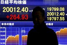 Un hombre delante de un tablero electrónico que muestra la información del índice Nikkei de Japón, afuera de una correduría en Tokio, 1 de diciembre de 2015. Las bolsas de Asia vacilaban el miércoles luego de que datos pesimistas de manufactura en Estados Unidos plantearon dudas acerca de cuán agresiva podría ser la Reserva Federal al subir las tasas de interés, y el dólar retrocedía desde un máximo en ocho meses y medio. REUTERS/Toru Hanai