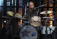 Ringo Starr toca bateria em cerimônia do Hall da Fama do Rock and Roll 2015. 18/04/2015 REUTERS/Aaron Josefczyk