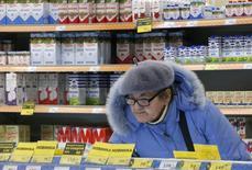 Женщина в магазине Дикси в Москве. 1 декабря 2015 года. Инфляционные ожидания населения России на следующие 12 месяцев увеличились в ноябре после снижения в предыдущем месяце, свидетельствуют данные опроса, проведенного по заказу Банка России. REUTERS/Sergei Karpukhin