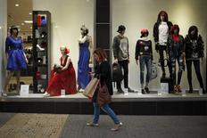 En la imagen, una mujer pasea junto a la vitrina de una tienda, en Málaga, el 27 de noviembre de 2015. Las ventas minoristas en la zona euro cayeron por segundo mes consecutivo en octubre, frente a expectativas de un ligero incremento, al bajar el gasto en alimentación, bebidas y combustibles. REUTERS/Jon Nazca