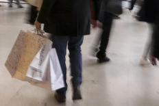 Un hombre lleva sus bolsas de compras durante la temporada navideña, en París, 23 de diciembre de 2013. La economía francesa se acelerará gradualmente en los próximos años desde un 1,2 por ciento en 2015, aunque no crecerá tan rápido como se había estimado, dijo el viernes el banco central. REUTERS/Philippe Wojazer