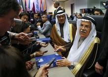 El ministro de petróleo de Arabia Saudita, Ali al-Naimi, habla con los periodistas durante una reunión de la OPEP, en Viena, Austria, 4 de diciembre de 2015. Solía decirse de la OPEP que era como una bolsa de té, ya que sólo funcionaba con agua caliente. Si esto es así, las actuales  condiciones en los mercados mundiales de petróleo no podrían ser más difíciles, en momentos en que los precios están casi en mínimos de siete años de cerca de 40 dólares por barril. REUTERS/Heinz-Peter Bader