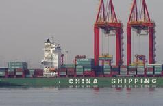 A Rizhao, dans la province de Shandong. Les performances du commerce extérieur chinois sont restées décevantes en novembre avec un cinquième mois de repli des exportations et des importations qui en sont à leur 13e mois consécutif de baisse, même si leur recul a été moindre qu'attendu. /Photo prise le 6 décembre 2015/REUTERS/Stringer