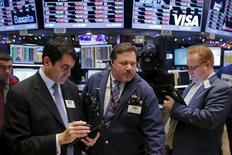 Трейдеры на фондовой бирже в Нью-Йорке. 8 декабря 2015 года. Фондовый рынок США закрылся снижением после волатильной сессии во вторник, поскольку рухнувшие цены на нефть оказывали давление на акции энергетического сектора пятый день подряд, а слабая статистика Китая вновь породила опасения о глобальном экономическом спаде. REUTERS/Lucas Jackson
