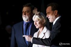 """Los miembros del reparto de la película """"Trumbo"""", de izquierda a derecha John Goodman, Helen Mirren y Bryan Cranston a su llegada para la proyección del filme en el festival de cine del Instituto Británico de Cine (BFI) en Leicester Square en Londres, 8 de octubre de 2015. """"Trumbo"""", la película sobre la lista negra de Hollywood de 1947, encabezó el miércoles las nominaciones a los premios del Sindicato de Actores (SAG).REUTERS/Stefan Wermuth"""