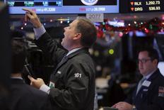 Трейдеры на торгах Нью-Йоркской фондовой биржи 8 декабря 2015 года. Американские фондовые рынки закрылись снижением в среду после неспокойной сессии, в то время как нефть продолжила снижение, усилив опасения инвесторов за глобальный экономический рост и вынудив индекс S&P 500 следовать за сырьевыми акциями. REUTERS/Lucas Jackson
