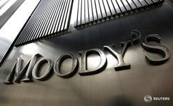La agencia Moody's Investor Service colocó el miércoles la calificación soberana de Brasil en revisión para una posible rebaja a categoría especulativa, por un rápido deterioro del panorama macroeconómico y fiscal y el creciente riesgo de una parálisis política. En la imagen, una oficina de la agencia Moody's en Nueva York 6/2/2013 REUTERS/Brendan McDermid
