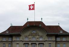 La Banque nationale suisse (BNS) a laissé jeudi sa politique monétaire inchangée en précisant qu'elle resterait active sur le marché des changes pour tenter de faire baisser le franc, qui reste selon elle nettement surévalué. La marge de fluctuation du taux Libor à trois mois est maintenu entre -1,25% et -0,25%. /Photo prise le 16 avril 2015/REUTERS/Ruben Sprich