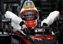 Jenson Button durante sessão de treino antes do Grande Prêmio do Japão.  26/09/2015   REUTERS/Toru Hanai
