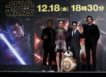 """En la imagen, el director J.J. Abrams (2do. dcha.) posa junto con los miembros del reparto John Boyega (izqda.), Daisy Ridley y Adam Driver en una rueda de prensa sobre la película """"Star Wars: El despertar de la fuerza"""" en Urayasu,Tokio, Japón, el 11 de diciembre de 2015. El lunes se estrena en Los Ángeles la nueva película de la saga """"La Guerra de las Galaxias"""", una de las cintas más esperadas del último tiempo. REUTERS/Yuya Shino"""
