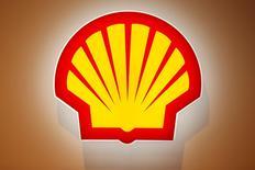 El logo de Shell fotografiado en la 26° Conferencia Mundial del Gas, en Paríss, Francia, 2 de junio de 2015. La petrolera Royal Dutch Shell superó el lunes el último escollo regulatorio para adquirir a BG Group al recibir la autorización de China, lo que deja el acuerdo en camino a ser concretado para inicios del 2016 después de una votación de los accionistas. REUTERS/Benoit Tessier