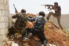 Бойцы Свободной сирийской армии во время боев с армией Башара Асада в Алеппо 13 мая 2014 года. Повстанцы Сирийской свободной армии, борющиеся против президента Башара Асада на западе Сирии отрицают получение поддержки от российских ВВС, говоря, что Россия, напротив, продолжает бомбить их, и отвергают комментарии российского генерала, опубликованные в СМИ в понедельник. REUTERS/Hosam Katan