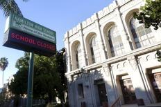 """Надпись """"Школа закрыта"""" на школе Hamilton в Лос-Анджелесе 15 декабря 2015 года. Школы Лос-Анджелеса были закрыты во вторник после того, как в округ поступило электронное послание с угрозой школам, сообщила полиция и представители школ. REUTERS/Jonathan Alcorn"""