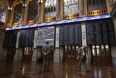 Diez sesiones han hecho falta para que los inversores españoles se sacudan el rojo de encima, su peor racha histórica, y el Ibex-35 finalice con un fuerte rebote del 3 por ciento que alivió los valores más castigados. En la imagen de archivo, pantallas electrónicas en la Bolsa de Madrid. REUTERS/Andrea Comas