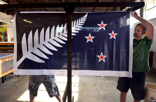 12月15日、ニュージーランドで先週行われた国民投票の結果、黒と青の背景に南十字星を表す4つの赤い星と白いシダの葉を配した図案(写真)が新国旗の候補に決まった。11月撮影(2015年 ロイターRafael Ben-Ari)