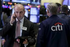 El Ibex-35 extendía el repunte iniciado la víspera en las primeras operaciones del miércoles, siguiendo la pauta de las  principales plazas europeas tras las ganancias registradas anoche en Wall Street y en Asia. En la imagen, varios agentes en el parqué neoyorquino el 15 de diciembre de 2015. REUTERS/Brendan McDermid