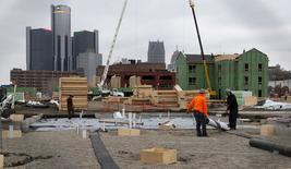 Unos obreros trabajando en un proyecto habitacional en Detroit, EEUU, dic 9, 2015. Los inicios de construcciones de casas en Estados Unidos repuntaron en noviembre desde un mínimo en siete meses y los permisos subieron a máximos en cinco meses, señales de fortaleza en el mercado de la vivienda que podrían dar a la Reserva Federal más confianza para elevar las tasas de interés el miércoles.   REUTERS/Rebecca Cook