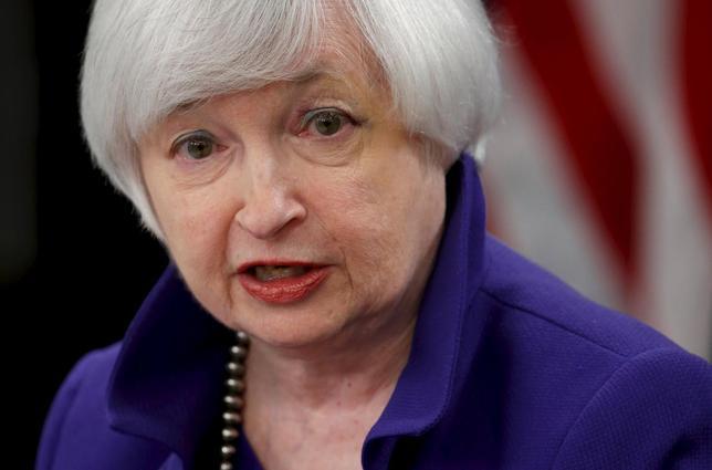 12月16日、米FRBはFF金利の誘導目標を0.25━0.50%に引き上げることを決めた。写真は会見で記者の質問に答えるイエレン議長。ワシントンで16日撮影(2015年 ロイター/Jonathan Ernst)