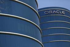 El logo de Oracle en su campus en Redwood City, EEUU, jun 15, 2015. La compañía de software Oracle reportó ganancias trimestrales mejores a lo esperado, impulsadas por fuertes ventas de sus servicios de computación en nube.    REUTERS/Robert Galbraith