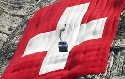 Le gouvernement suisse prévoit un redressement progressif de l'économie du pays après un ralentissement cette année dû notamment à l'appréciation du franc. Le produit intérieur brut de la Suisse, qui a stagné de janvier à septembre, devrait accélérer légèrement pour croître de 0,8% cette année, de 1,5% en 2016 et 1,9% en 2017. /Photo prise le 31 juillet 2015/REUTERS/Arnd Wiegmann