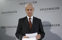 Le président du directoire de Volkswagen, Matthias Müller, a présenté jeudi sa nouvelle équipe de direction, nommant notamment un nouveau responsable de la recherche et développement. /Photo prise le 20 novembre 2015/REUTERS/Ina Fassbender