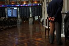 El Ibex-35 cerró el jueves con una alza superior al 1,5 por ciento después de que el mercado acogiera de forma favorable una subida de tipos en Estados Unidos que supone una cierta vuelta a la normalidad.  En la imagen, traders en la Bolsa de Madrid, el 29 de junio de 2015. REUTERS/Susana Vera