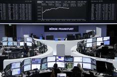Operadores trabajando en la Bolsa de Fráncfort, Alemania, 17 de diciembre de 2015. Las acciones europeas cerraron el jueves con un fuerte avance porque los inversores interpretaron el alza de tasas de la Reserva Federal de Estados Unidos y las perspectivas de nuevas subidas como una señal de confianza en la mayor economía del mundo. REUTERS/Staff