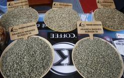 El Departamento de Agricultura de Estados Unidos (USDA) dijo el viernes que la producción global de café alcanzará los 150,1 millones de sacos de 60 kilos en la campaña 2015/16, una ligera alza frente al año previo, debido a buenas cosechas en Honduras, Indonesia y Vietnam. En la imagen, muestra de granos de café en Hanoi, Vietnam. 10 diciembre 2015. REUTERS/Kham