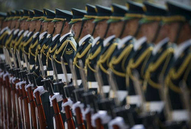 12月21日、かつて「8つのノー」と表現された、集団的自衛権の行使や武器輸出などを認めない日本の安全保障政策のほとんどは、もはや過去のものになりつつある。防衛省で16日撮影(2015年 ロイター/Issei Kato)