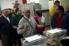 Ibex-35 cerró el lunes con una caída superior al 3,6 por ciento en el mayor descenso porcentual desde 24 agosto pasado tras unas elecciones generales que auguran grandes dificultades para formar un gobierno, en su cuarta mayor caída porcentual en 2015. En la imagen, un hombre sostiene su papaleta antes de votar en las elecciones generales en Ronda, al sur de España, el 20 de diciembre de 2015. REUTERS/Jon Nazca