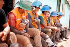 Unos trabajadores tomando una pausa a las afueras de una mina en Relave, Perú, feb 20, 2014. La producción de cobre de Perú, la tercera mayor en el mundo, repuntará un 65,5 por ciento a alrededor de 2,58 millones de toneladas el próximo año, por la operación de grandes minas como Las Bambas de la firma MMG, filial de la china Minmetals.  REUTERS/ Enrique Castro-Mendivil