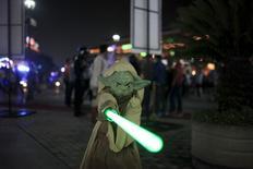"""""""El despertar de la Fuerza"""" anotó una cifra récord de 248 millones de dólares en ventas de entradas durante su fin de semana de estreno en Estados Unidos y Canadá, y recaudó 529 millones de dólares en las taquillas a nivel global, informó el lunes Walt Disney Co. Imagen de un chico disfrazado de Star Wars durante un evento de la película """"Star Wars: El despertar de la fuerza"""" en un cine en San Salvador, El Salvador, el 17 de diciembre de 2015. REUTERS/Jose Cabezas"""