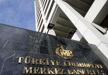 Здание ЦБ Турции в Анкаре. 24 января 2014 года. Турецкий центральный банк неожиданно оставил основную процентную ставку недельного РЕПО на уровне 7,5 процента во вторник, что, вероятно, приведёт к росту беспокойства из-за угрозы его независимости и усилит давление на валюту страны. REUTERS/Umit Bektas