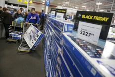 """Compradores durante la venta de """"Viernes Negro"""" en una tienda Best Buy, en Westbury, Nueva York, 27 de noviembre de 2015. La economía de Estados Unidos creció a un ritmo saludable en el tercer trimestre, ya que el fuerte gasto de los consumidores y de las empresas contrarrestó los esfuerzos de los negocios por reducir un exceso de inventarios. REUTERS/Shannon Stapleton"""