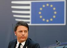 Le parlement italien a définitivement adopté mardi le projet de budget 2016 présenté par Matteo Renzi (photo) malgré les réserves de la Commission européenne face aux nombreuses dispositions susceptibles de déroger aux règles budgétaires de l'Union européenne/. /Photo prise le 17 décembre 2015/REUTERS/François Lenoir