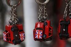La economía británica creció menos de lo que se esperaba en parte de 2015, según los datos oficiales que probablemente sorprendan al Banco de Inglaterra mientras sopesa subir los tipos de interés. En la imagen, banderas británicas en una tienda de recuerdos en Londres, el 17 de diciembre de 2015. REUTERS/Luke MacGregor