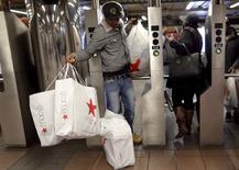 Station de métro à New York. Les revenus des ménages américains ont enregistré en novembre leur huitième hausse mensuelle consécutive sur fond de nette progression des salaires, ce qui devrait soutenir les dépenses des ménages et stimuler la croissance économique l'an prochain. /Photo prise le 27 novembre 2015/REUTERS/Brendan McDermid