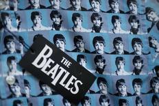 Rostos dos quatro integrantes dos Beatles aparecem em tecido de camiseta à venda em Liverpool, norte da Inglaterra. 02/03/2015 REUTERS/Phil Noble