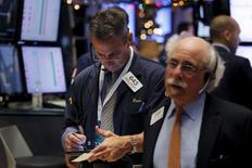 Operadores trabajando en la bolsa de Wall Street en Nueva York, dic 22, 2015. Wall Street subía por tercer día seguido, liderado por las fuertes ganancias de las acciones energéticas, después de que un rebote en los precios del petróleo impulsó la confianza antes de las festividades navideñas.  REUTERS/Lucas Jackson
