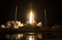 """Ракета """"Атлас-V"""" с аппаратом NASA стартует с космодрома на мэсе Канаверал, Флорида, 12 марта 2015 года. Американская компания United Launch Alliance (ULA), совместное предприятие Lockheed Martin Corp и Boeing Co, сообщила о заказе у России 20 ракетных двигателей РД-180, в дополнение к 29 двигателям, заказанным до присоединения Россией Крыма в прошлом году. REUTERS/Aubrey Gemignani/NASA/Handout via Reuters"""