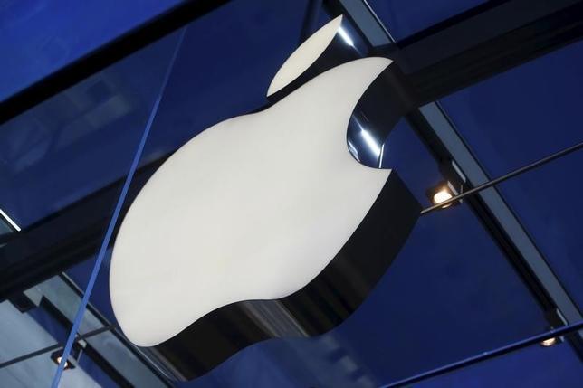 12月23日、米アップルは同社のスマートフォン「iPhone(アイフォーン)」の特許訴訟ですでに賠償金を支払った韓国のサムスン電子に対し、特許侵害の追加的損害と利息として新たに約1億8000万ドルの支払いを求める訴訟を提起した。写真はアップルのロゴ。11月撮影(2015年 ロイター/Stephen Lam)