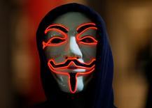Сторонник группы Anonymous на акции протеста в Лондоне. 5 ноября 2015 года. Турецкие банки пережили за последние две недели возможно сильнейшую в истории страны волну кибератак, приводивших к сбоям по операциям с кредитными картами. REUTERS/Peter Nicholls
