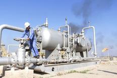 El Ibex-35 de la bolsa española volvía a ceder el lunes por nuevos descensos en los precios del petróleo que también afectaban a otros mercados y que tenían particular incidencia sobre Repsol y valores relacionados con las materias primas. En la imagen, un trabajador comprueba una válvula de un oleoducto en el campo Nahr Bin Umar, en Basora, Irak, el 21 de diciembre de 2015. REUTERS/Essam Al-Sudani